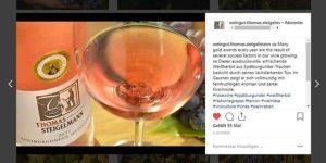Instagram-Beitrag, in der Regel zweisprachig